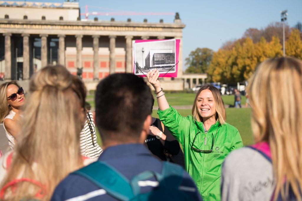 Una de nuestras guías locales, Mariló, en el tour del Todo Berlín