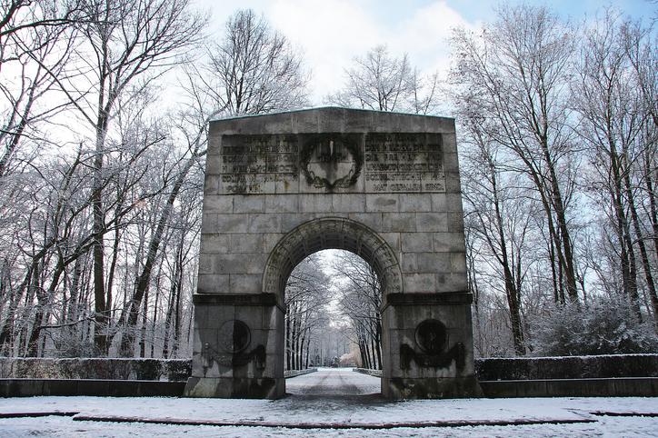 Entrada del memorial comunista en el parque Treptower Park de Berlín | Foto de istockbygettyimages